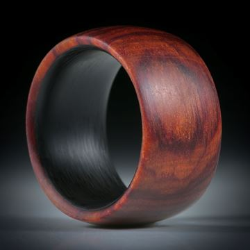 Fingerring aus Rosenholz hochdruckstabilisiert, mit Karbon Innenring