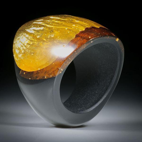 Fingerring Goldglas (Glas mit eingeschmolzenem Gold 23.75ct.) im Verlauf geschliffen und poliert