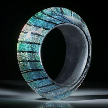 Opalglas Armreif, grosser geschwungener Armreif mit dreieckig gerundetem Profil