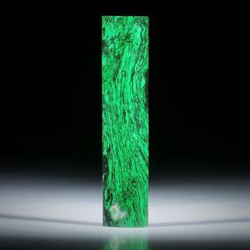 Maw sit sit (Chloromelanit oder Jadealbit), halbrunder polierter Stab, Rückseite plangeschliffen, ca.57x13x5mm