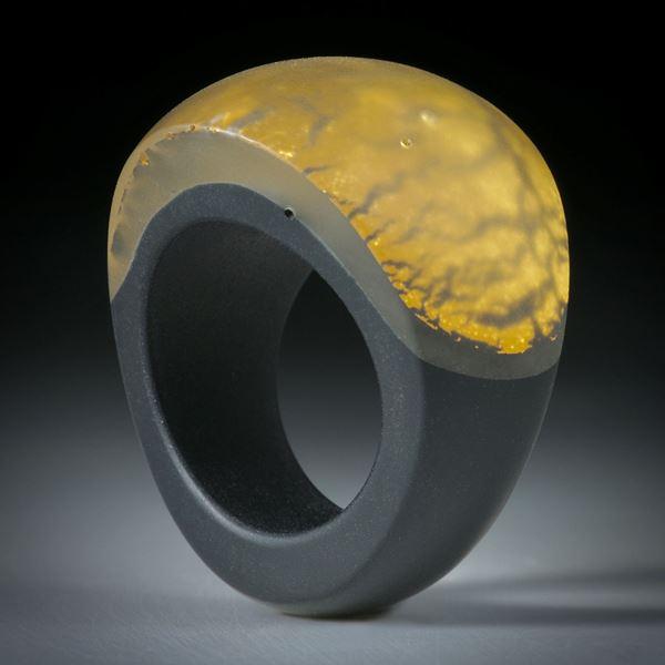 Goldglas Fingerring, im Verlauf geschliffen, bombiert und mattiert, Innendurchmesser 18.8mm