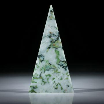 Smaragdit, Allalingabbro (Wallis, Schweiz), Dreieckform plangeschliffen und beidseitig poliert ca.75x39x3mm