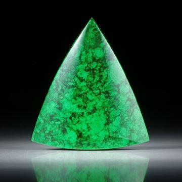 Maw sit sit, Mawesit oder Jadealbit, polierte Dreieckform mit gebogener Oberseite ca.36x32x8.5mm