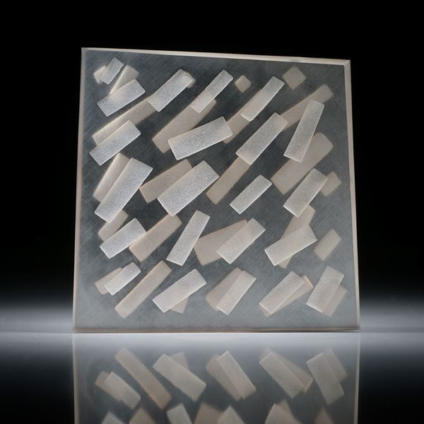 Rauchquarz Viereck in Torsion geschliffen (gebogen), mit sandgestrahltem Muster ca.39x39x3mm