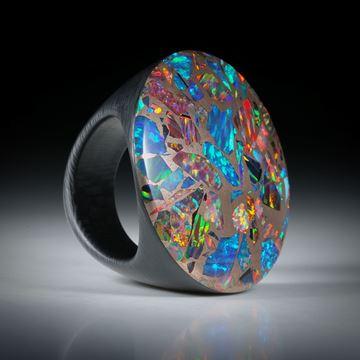 Tafelring aus Karbon und synthetischem Opal in Bronze, handgeschliffene bequeme Form