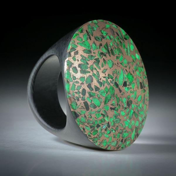Edelsteinring Maw sit sit oder auch Mawesit / Chloromelanit in Bronze, auf Karbonringschiene, handgeschliffene bequeme Form