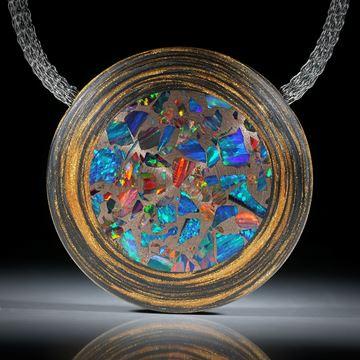 Anhänger aus Karbon mit Glasfaser und synthetischem Opal in Bronze, beidseitig leicht bombiert und feinmatt, ca.42x42x11mm