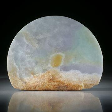 Jadeit, halbrunde Form mit naturbelassener Kante, konkav zur Spitze geschliffen und poliert, ca.58x45x14mm