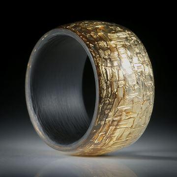 Fingerring Glasfaser mit eingearbeitetem Blattbronze und Karbon-Innenring, Breite 12.5mm, Innendurchmesser 18.2mm