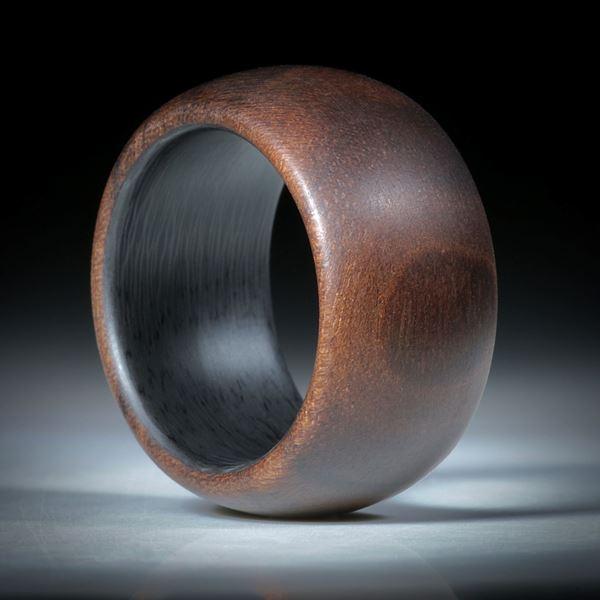 Fingerring aus Nussbaumholz hochdruckstabilisiert, mit Karbon Innenring, Innendurchmesser 19mm