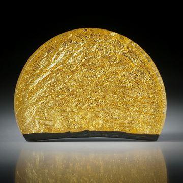 Fusingglas mit eingeschmolzenem Blattgold, handgeschliffener Halbkreis ca.45x32x6mm