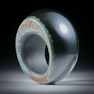 Edelsteinring Jadeit schwarz, aus Australien, im Verlauf geschliffen und poliert, Seiten naturbelassen, Innendurchmesser 18.6mm
