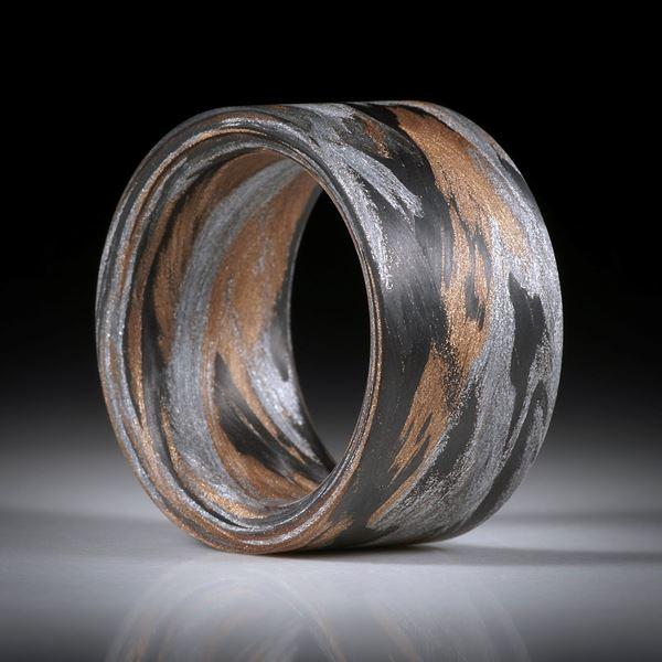 Karbon Fingerring mit Glasfaser Bronze und Alu, handgeschliffene parallele Form, innen gerundet, Breite 14.4mm, Innendurchmesser 20.5mm