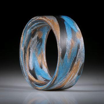 Karbon Fingerring mit Glasfaser Libellenblau, Bronze und Alu, handgeschliffene parallele Form, innen gerundet, Breite 11mm, Innendurchmesser 20.5mm