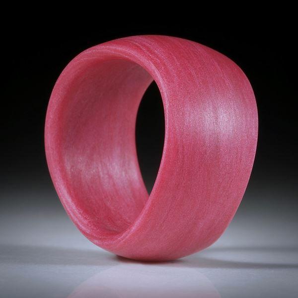 Glasfaser Fingerring (Magenta mit Polarsilber),handgeschliffene geschwungene Form feinmatt, Breite 12mm, Innendurchmesser 18mm