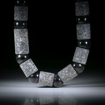 Steincollier Hämatit (Eisenerz), Röhrenformen mit Durchmesser 16.5mm, Bohrung 13mm, mit Zwischenteilen aus Onyxkugeln