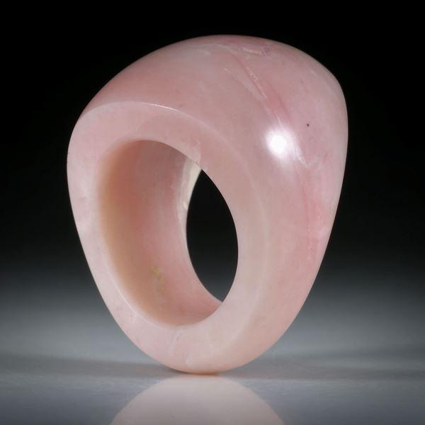 Edelsteinring Andenopal rosa, geschwungene Form im Verlauf geschliffen und poliert, Innendurchmesser 18.6mm