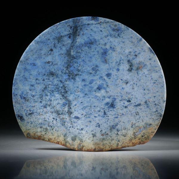 Dumortierit Freiform, teilweise naturbelassen und konkav zur Spitze geschliffen, feinmatt ca.63x56x15.5mm