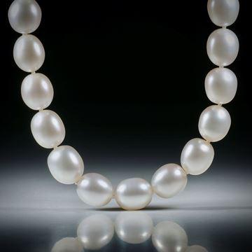 Perlencollier Süsswasser, weiss oval, Durchmesser 10mm, Gesamtlänge 45cm, geknüpft, mit Silberverschluss
