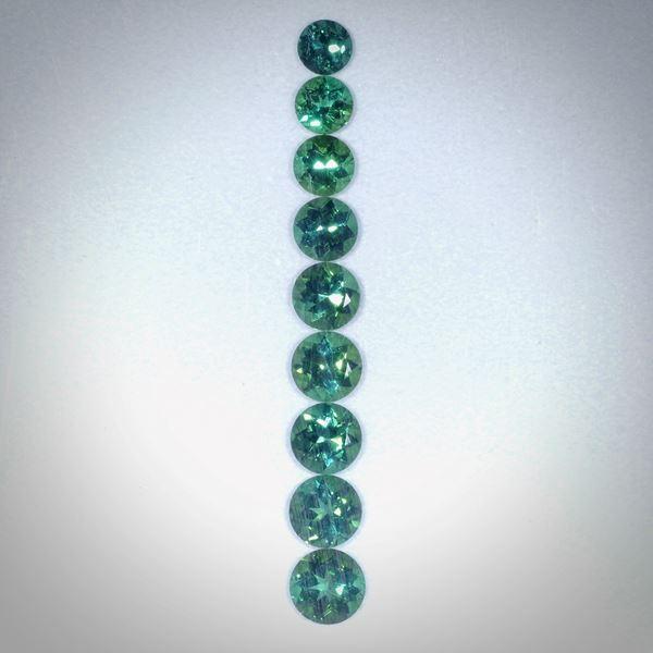 Turmalin rund facettiert, Set aus 9 Steinen, 4.01ct.  Durchmesser von ca. 4 bis 5mm
