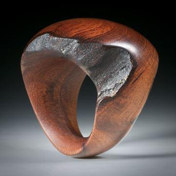 Fingerring aus Wurzelholz, teilweise naturbelassen und poliert, Innendurchmesser 18.1mm