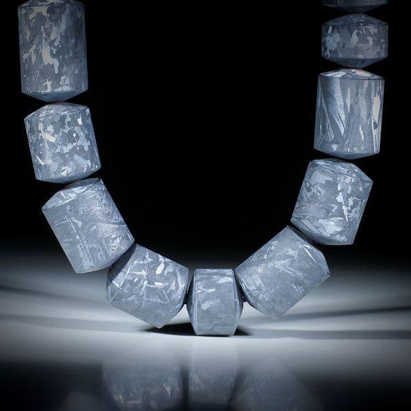 Siliciumcollier mit geätzter Kristallstruktur, Zylinderformen mit bombierten Seiten, Durchmesser 17mm, Länge ca.45cm