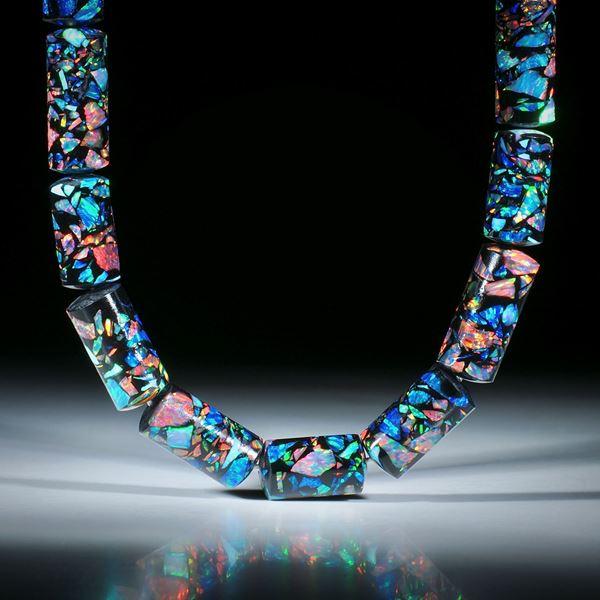 Edelsteincollier Synthetischer Opal in Epoxymatrix schwarz, polierte Zylinderformen, Durchmesser 10mm, Länge ca.46cm