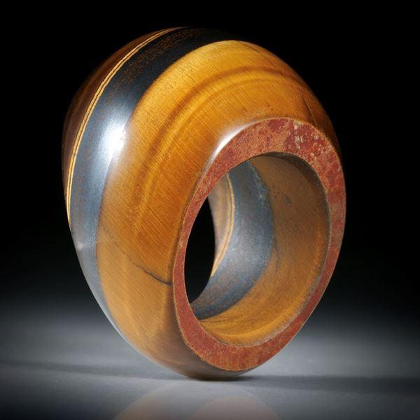 Edelsteinring Tigerauge mit Eisenerzstreifen, grosser Ring im Verlauf geschliffen und poliert, Innendurchmesser 19.1mm