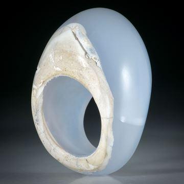 Edelsteinring Chalcedon, teilweise naturbelassen, im Verlauf geschliffen und poliert, Innendurchmesser 19.2mm