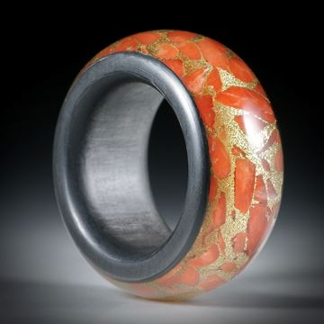 Fingerring aus Edelkoralle, corallium rubrum, in Messingmatrix, Bandring mit Karbon Seiten- und Innenring, Breite 12.7mm, Innendurchmesser 18.2mm