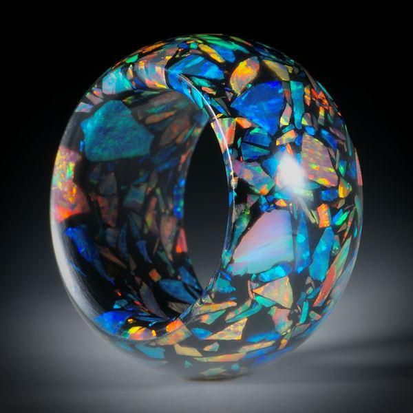 Fingerring aus synthetischem Opal in Kunstharzmatrix schwarz, Durchmesser 18.7mm, Breite 14mm