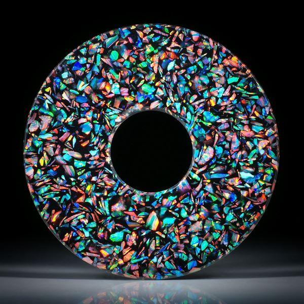 Opal synthetisch in Kunstharzmatrix schwarz, handgeschliffene Pischeibe, Durchmesser 63/20mm