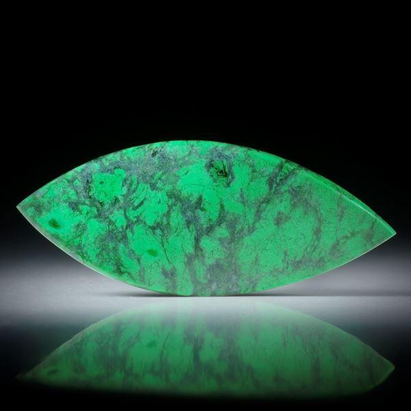 Maw sit sit, Mawesit oder Jadealbit, polierte Navette, in Torsion geschliffen und beidseitig poliert ca.51x21x4.5mm