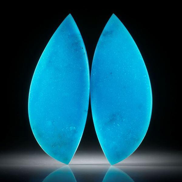 Türkis ungefärbt, 68.23ct.  Paar in asymmetrischer Navetteform, in Torsion geschliffen und beidseitig poliert, je ca.57x23x3mm