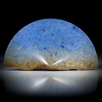 Dumortierit Freiform mit naturbelassenem Rand, konkav zur Spitze geschliffen und poliert ca.75x41x13.5mm
