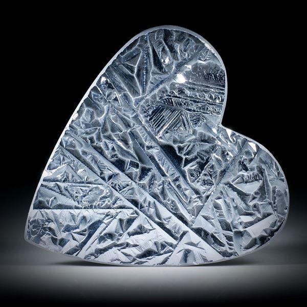 Silizium, grosse Herzform mit kristalliner Oberfläche, Unterseite plangeschliffen matt ca.68x65x4mm
