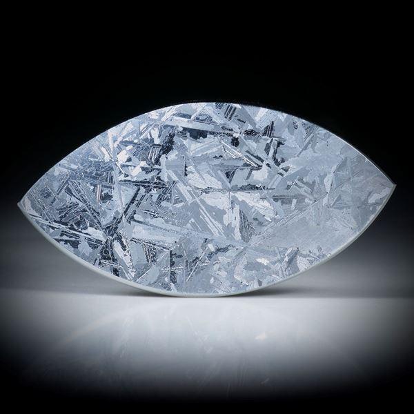 Silizium Navette ca.46x24x4mm in Torsion  geschliffen mit gut sichtbarer Kristallstruktur