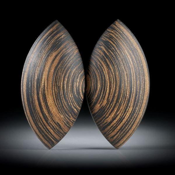 Karbon Paar mit Glasfaser Bronze 26.33ct. Navetteformen bombiert und feinmatt, je ca.35x17x5mm