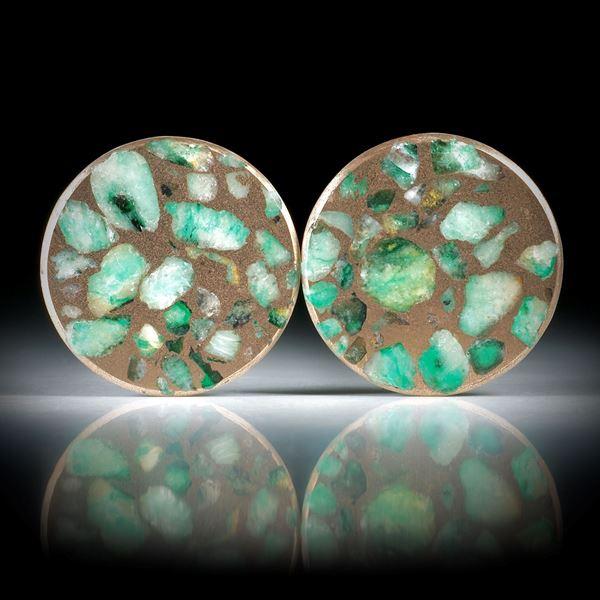 Smaragd in Bronzematrix, Paar 15.19ct.  Rondellen, flachgeschliffen, mit Perlmutter unterlegt und poliert je ca.22x22x1.5mm