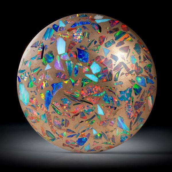 synthetischer Opal in Bronzematrix 129.24ct.  grosser runder Cabochon, leicht bombiert und poliert ca.47x47x7mm