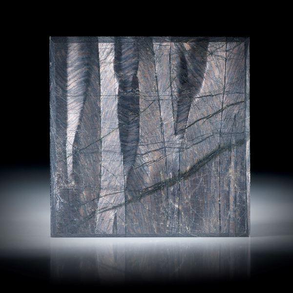 Hypersthen auf Karbon 49.24ct.  Viereck flach geschliffen und feinmatt ca.33x33x4mm