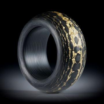 Karbonring mit Glasfaser und Blattbronze, karierte Struktur, Bandring hoch bombiert, feinmatt und mit Karbon Innenring, Innenkanten gerundet, Innendurchmesser 19.1mm, Breite 13mm