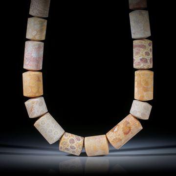 Collier aus versteinerter Koralle (Indonesien), Zylinderformen mit bombierten Seiten, feinmatt, Durchmesser ca.17mm, Länge 45cm