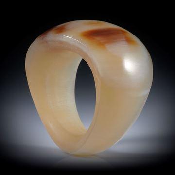 Fingerring aus Watussihorn, geschwungene Form im Verlauf geschliffen und poliert, Innenseite bequem gerundet, Innendurchmesser ca.18.7mm