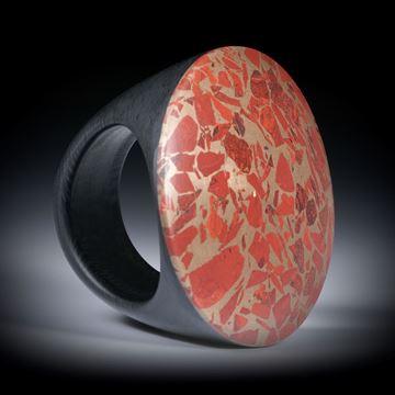 Fingerring aus rotem Jaspis in Bronze, mit Karbon Ringschiene, Innendurchmesser ca.19.2mm