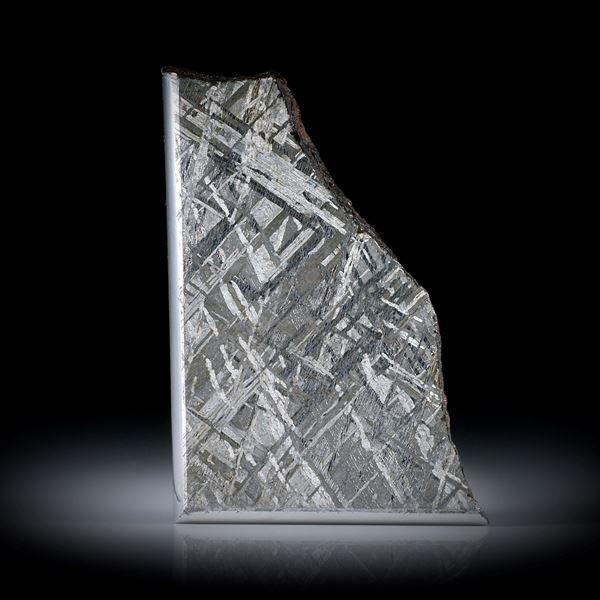 Eisenmeteorit, dicke Scheibe, teilweise naturbelassen, mit gut sichtbarer geätzter Kristallstruktur, Kanten poliert ca.46x32x4mm