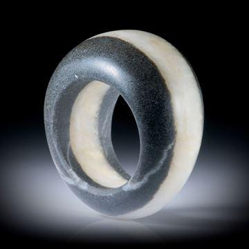 Fingerring aus einem Kieselstein, mit Quarzlinie, im Verlauf geschliffen und bombiert, Innendurchmesser 19.1mm