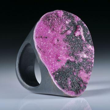 Edelsteinring Kobaltcalcit (Kongo), Tafelring mit naturbelassener Kristallfläche ca.40x33mm, mit Carbon Innenring, Innendurchmesser 18mm