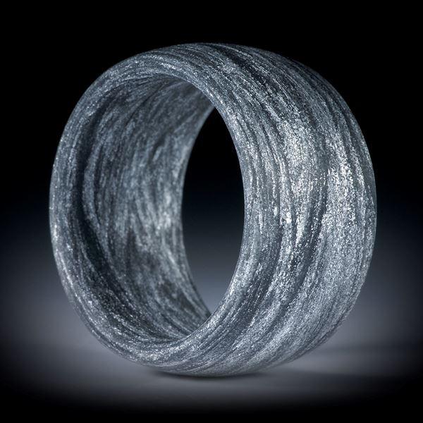 Fingerring aus Alutex gewickelt mit Anilinschwarz, aussen gerundet, 13mm breit, Innendurchmesser 20.1mm