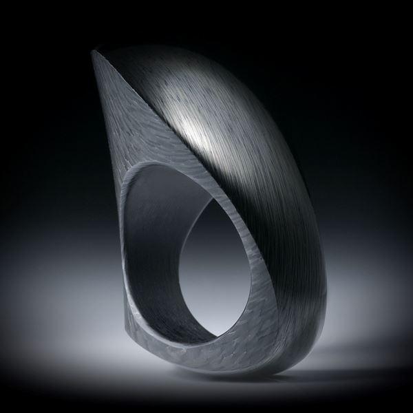 Karbonring Fantasieform bestehend aus 2 geschwungenen Flächen, poliert/matt, Innendurchmesser 19.1mm